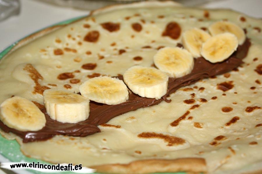 Filloas con rodajas de plátano y crema de cacao
