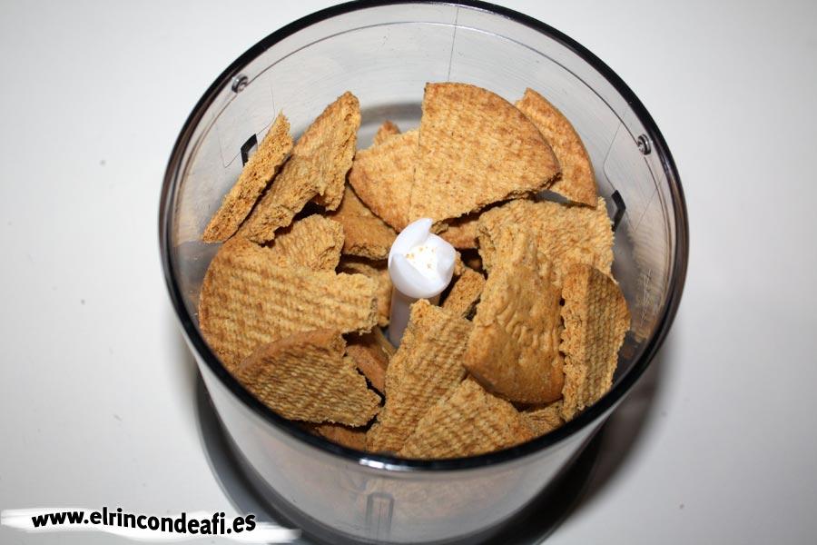 Tarta banoffee, triturar las galletas para la base