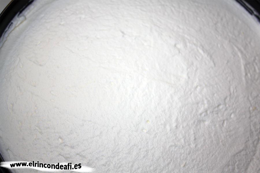 Tarta banoffee, extender la capa de nata