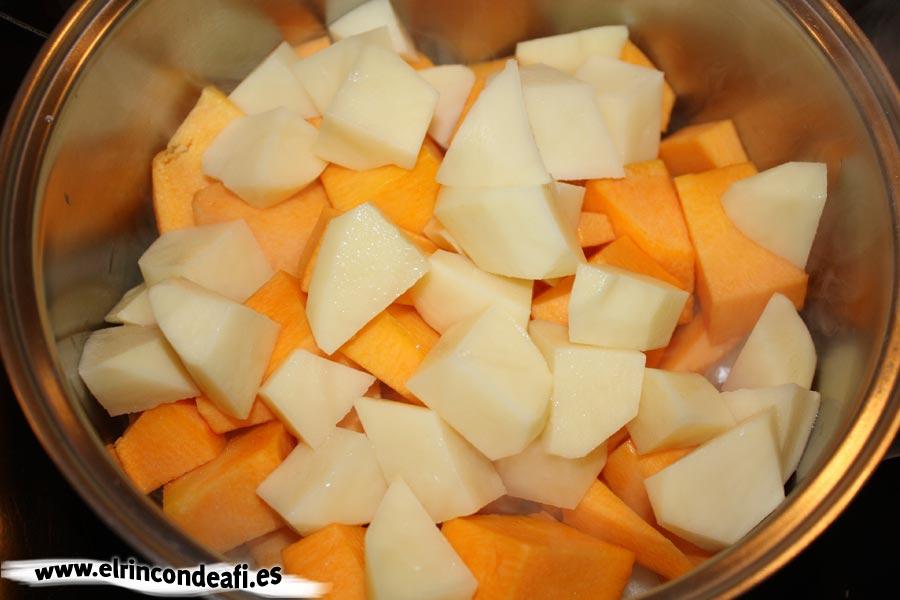 Crema de calabaza, añadir la calabaza y las papas troceadas