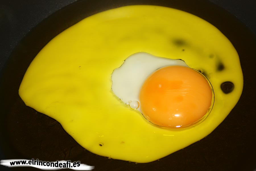 Huevos rotos con jamón, freír los huevos