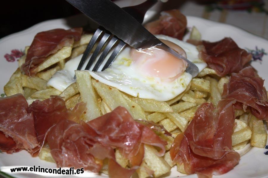 Huevos rotos con jamón, romper el huevo