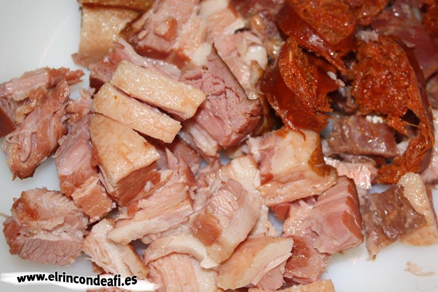 Potaje de judías, trocear las carnes