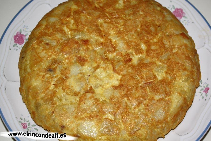 Tortilla rellena de langostinos y aguacate, hacer una tortilla española