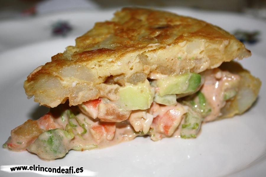 Tortilla rellena de langostinos y aguacate