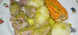 Costillas de cerdo con papas, piñas y mojo de cilantro