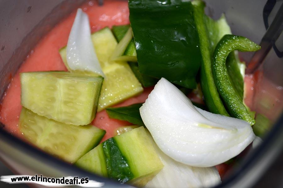Gazpacho, triturar bien el tomate y el añadimos el pepino, el ajo, la cebolla y el pimiento