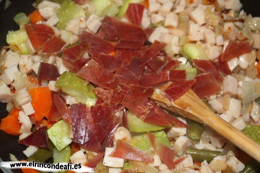 Verduras con pavo y bechamel, añadir las zanahorias, las habichuela, los calabacinos y el jamón troceado