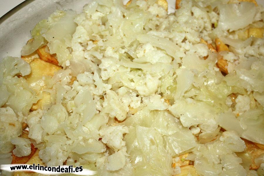 Verduras con pavo y bechamel, freír las papas y colocar junto con la coliflor