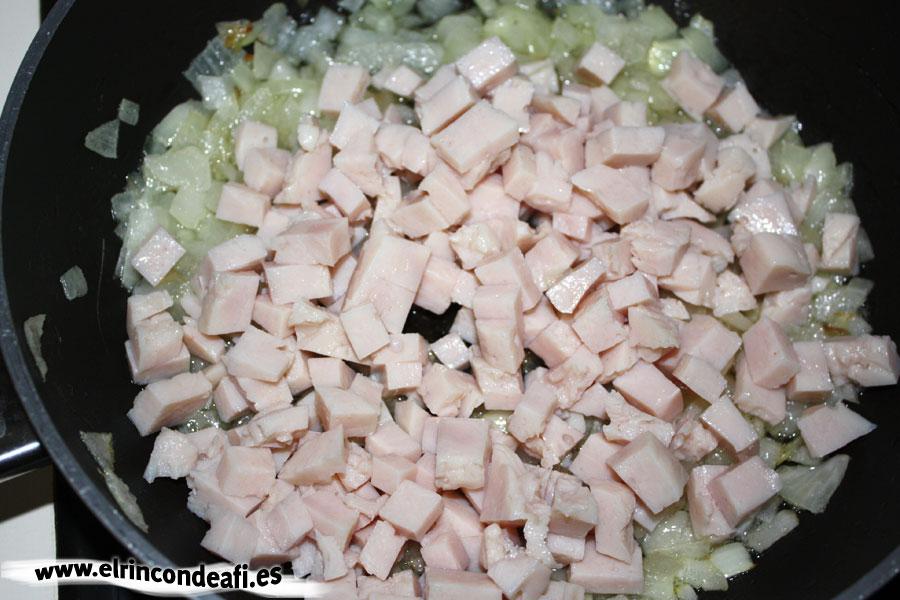 Verduras con pavo y bechamel, añadir pavo troceado