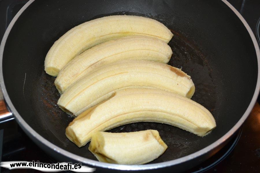 Arroz a la cubana, preparamos los plátanos para freír