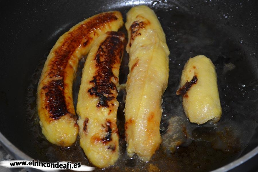 Arroz a la cubana, freímos los plátanos