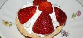 Cestitas de nata con fresas, emplatado individual