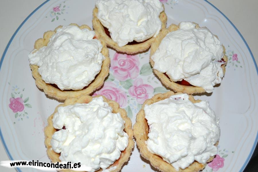 Cestitas de nata con fresas, verter la nata por encima