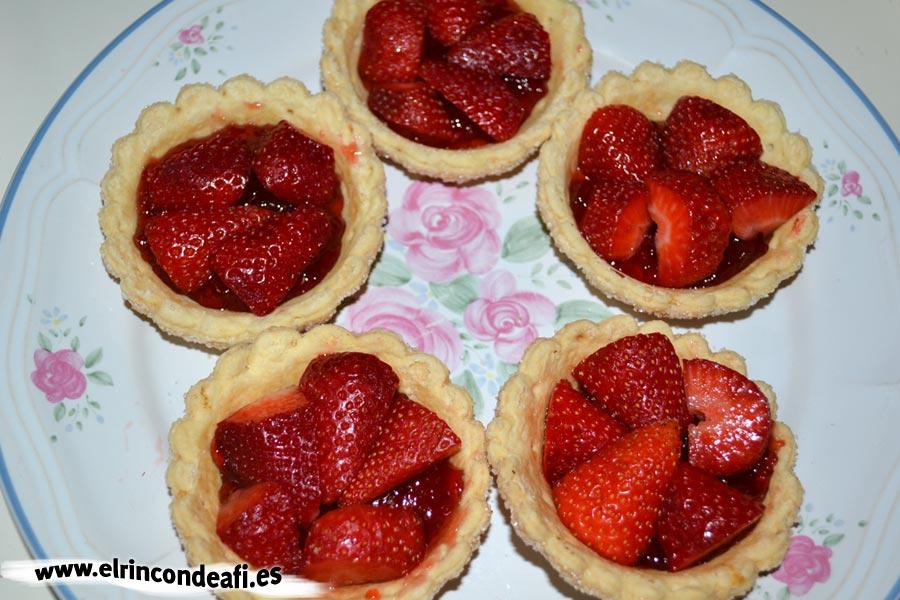 Cestitas de nata con fresas, rellenar con mermelada e incorporar las fresas