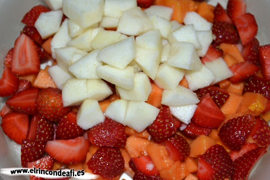 Cocktail de frutas, introducimos toda la fruta cortada en un recipiente