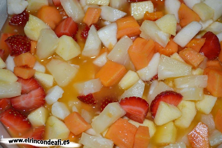 Cocktail de frutas, remover bien