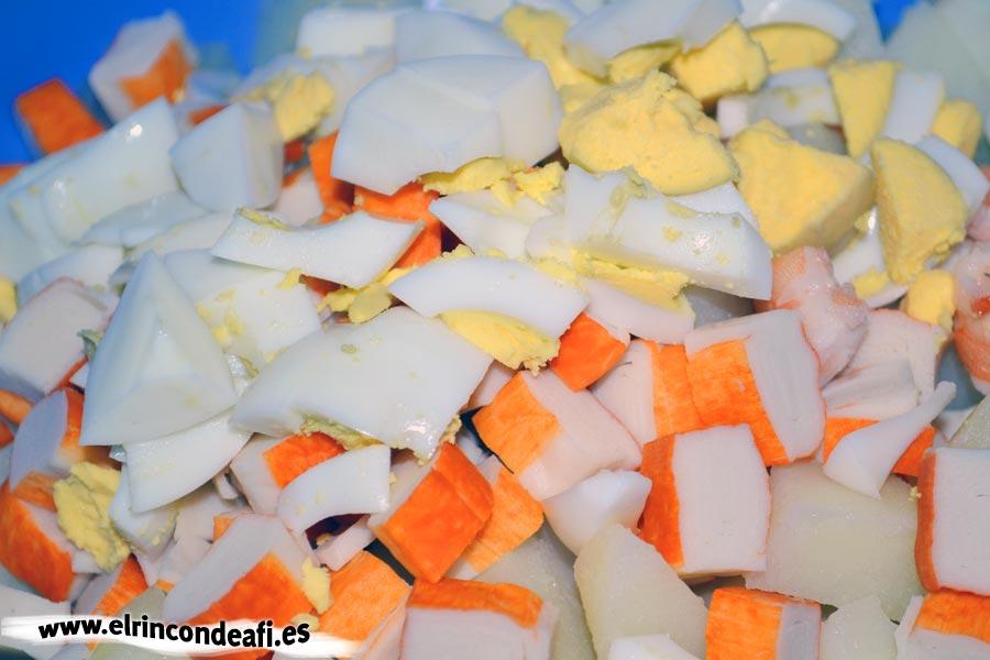 Ensalada fresquita de verano, troceamos las papas, los palitos de cangrejo y los huevos