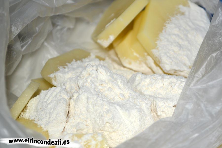 Papas a la importancia, introducir las papas en la harina
