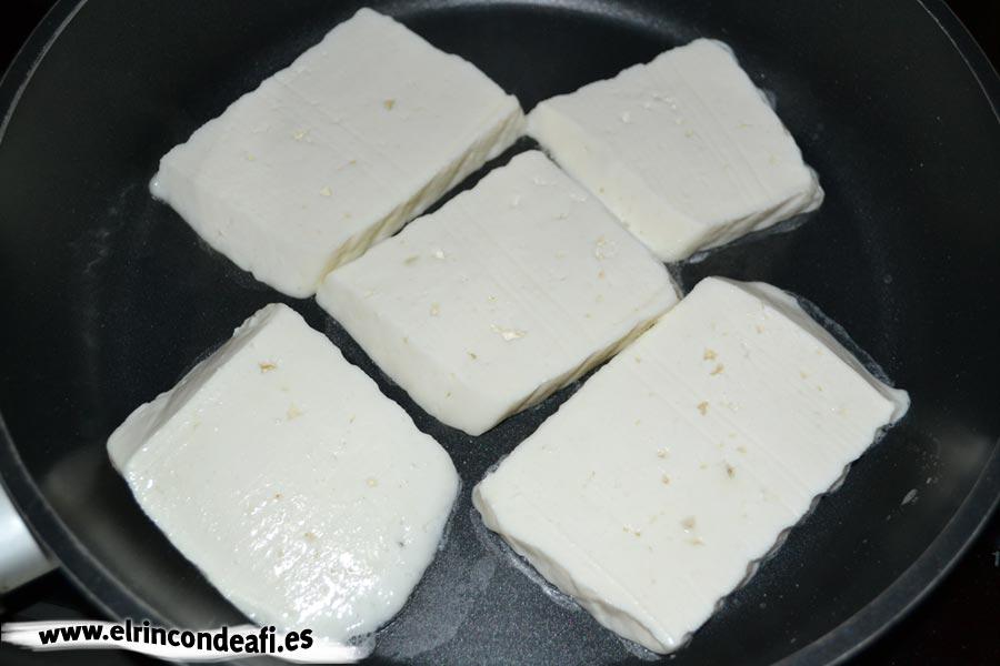 Queso a la plancha con mermelada de tomate, depositar queso en la sartén caliente