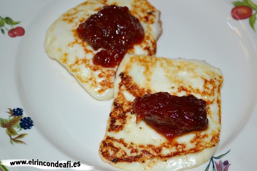Queso a la plancha con mermelada de tomate, emplatamos y ponemos la mermelada