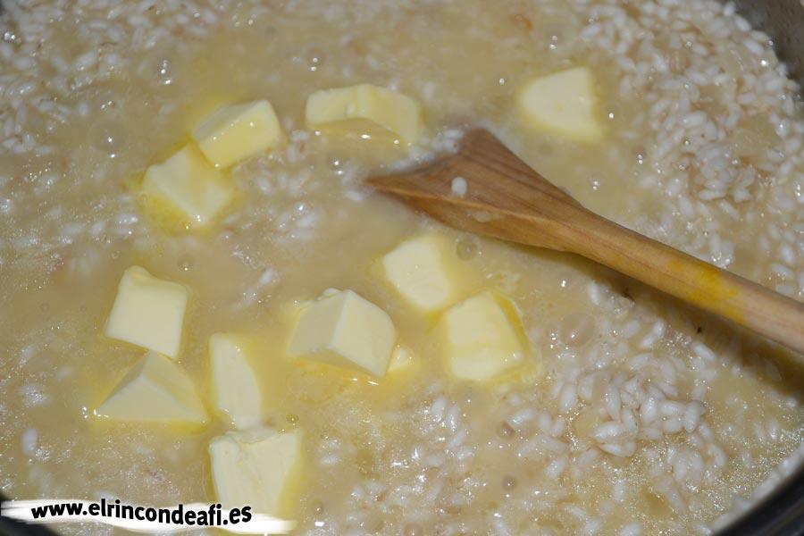 Risotto con champiñones, añadir la mantequilla