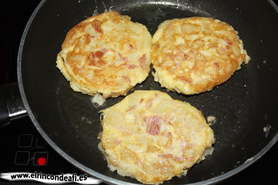 Tortilla de papas con bacon, dejar que el huevo se dore