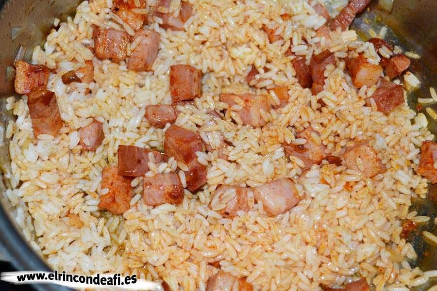 Arroz de aprovechamiento, añadimos el arroz sobrante al sofrito