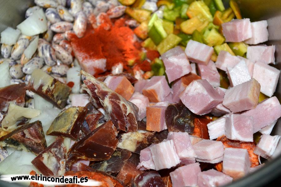 Guiso de judías con tomate, lo añadimos con una cucharadita de pimentón