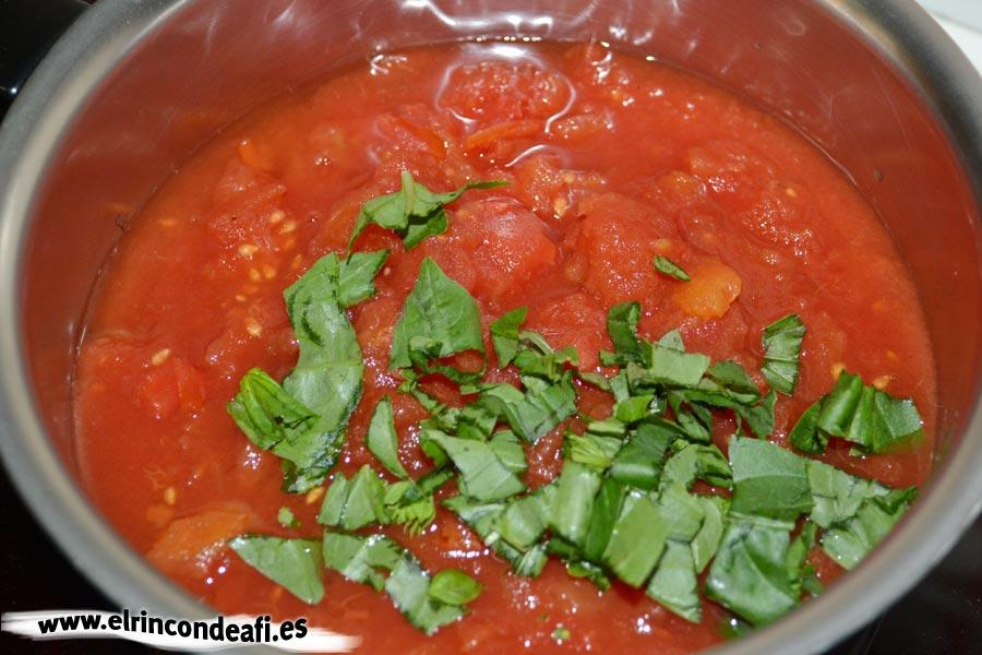 Parmigiana de berenjenas, preparar la salsa de tomate