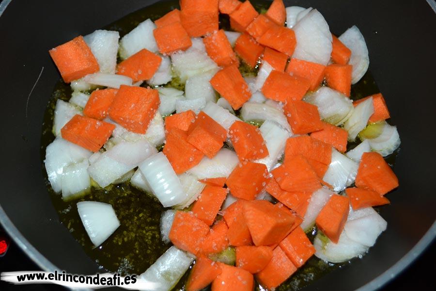 Pisto de setas, ponemos la cebolla picada y las zanahorias cortadas en cuadraditos