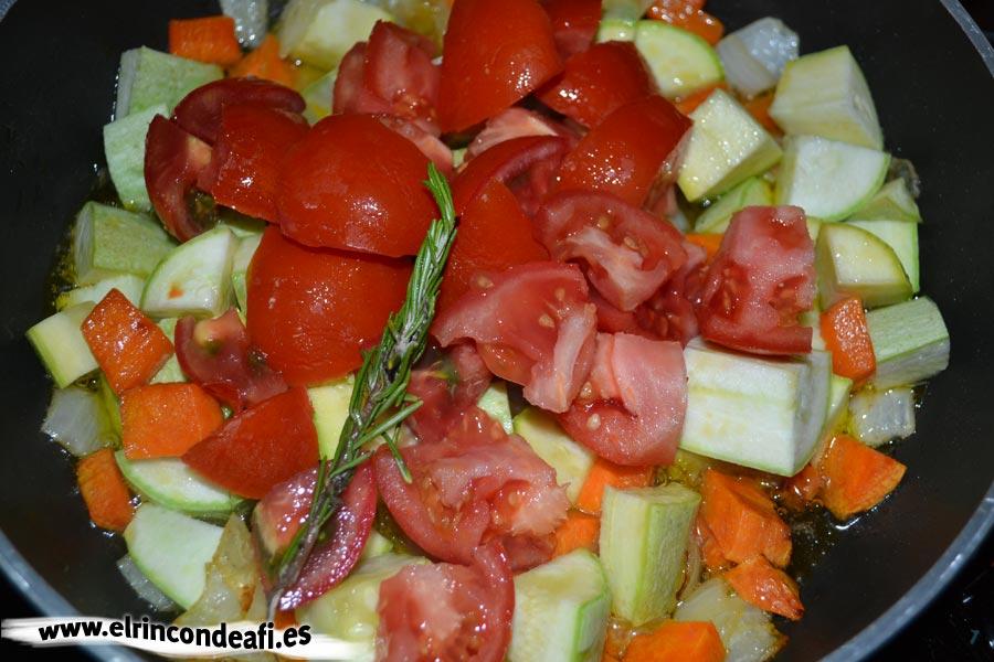 Pisto de setas, añadimos el pimiento, los tomates y la ramita de romero