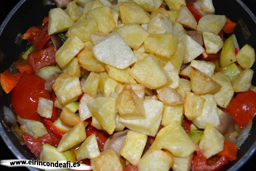 Pisto de setas, añadimos unas papas fritas en cuadraditos