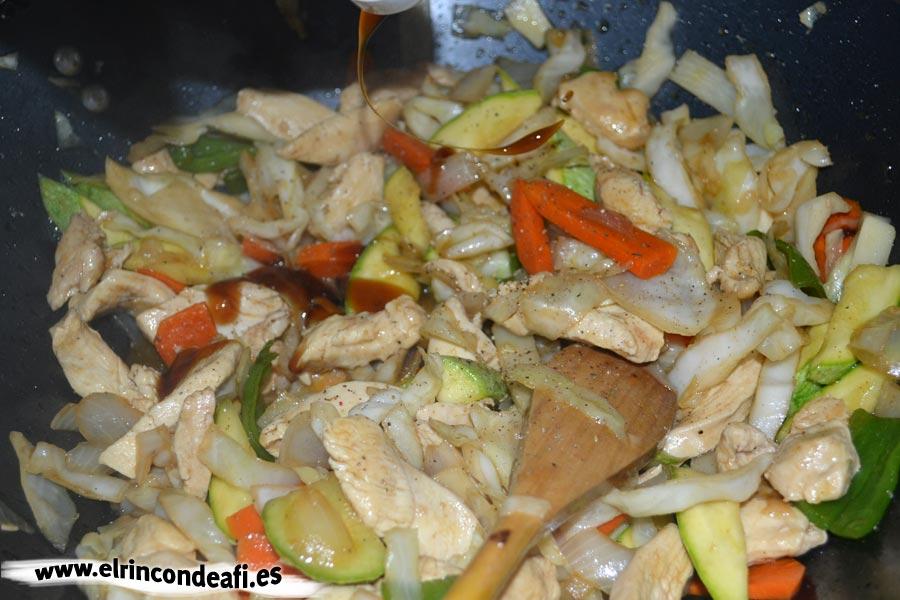 Pollo con verduras y salsa de ostras al wok, añadir bambú y salsa de ostras al gusto