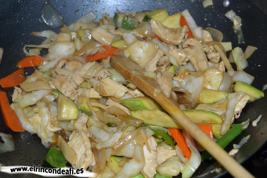 Pollo con verduras y salsa de ostras al wok, corregir de sal y añadir brotes de soja