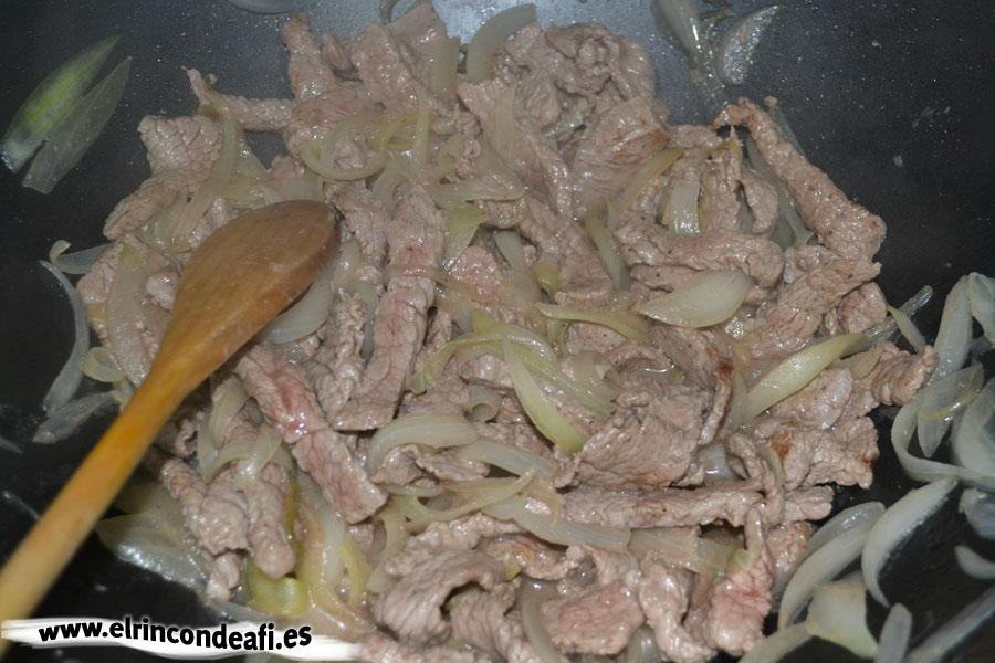 Ternera con setas y salsa de soja al wok, dejar que se cocine