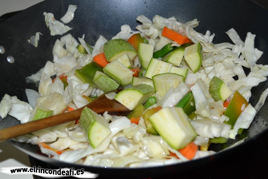 Verduras con salsa agridulce salteadas al wok, añadir el calabacín