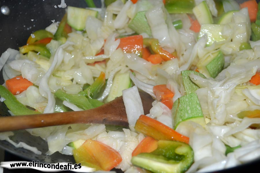 Verduras con salsa agridulce salteadas al wok, remover bien