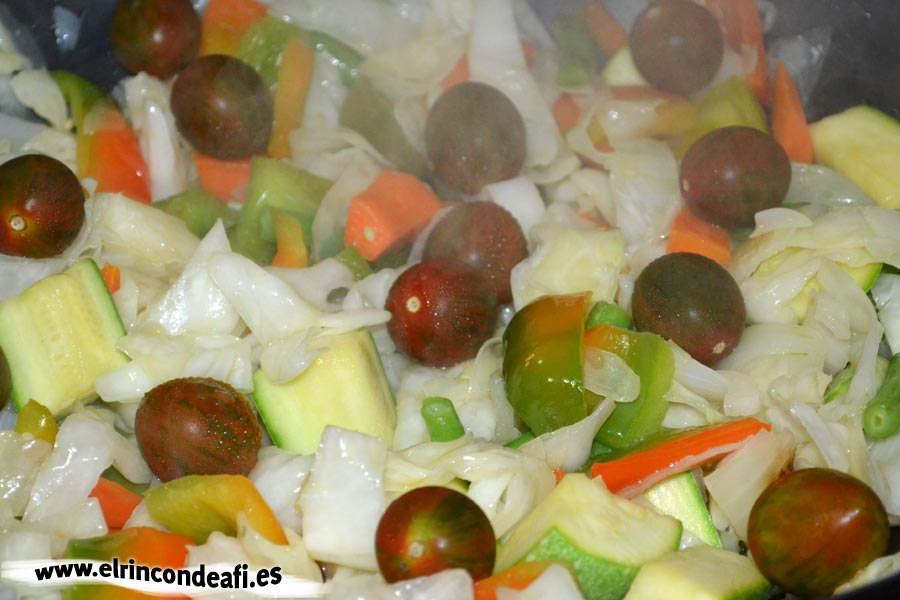 Verduras con salsa agridulce salteadas al wok, añadir tomates cherry