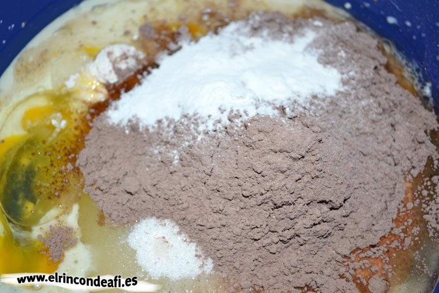 Bizcocho de chocolate, añadir la leche, la levadura y el cacao