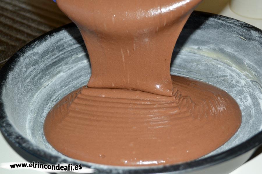 Bizcocho de chocolate, introducir la mezcla en el molde