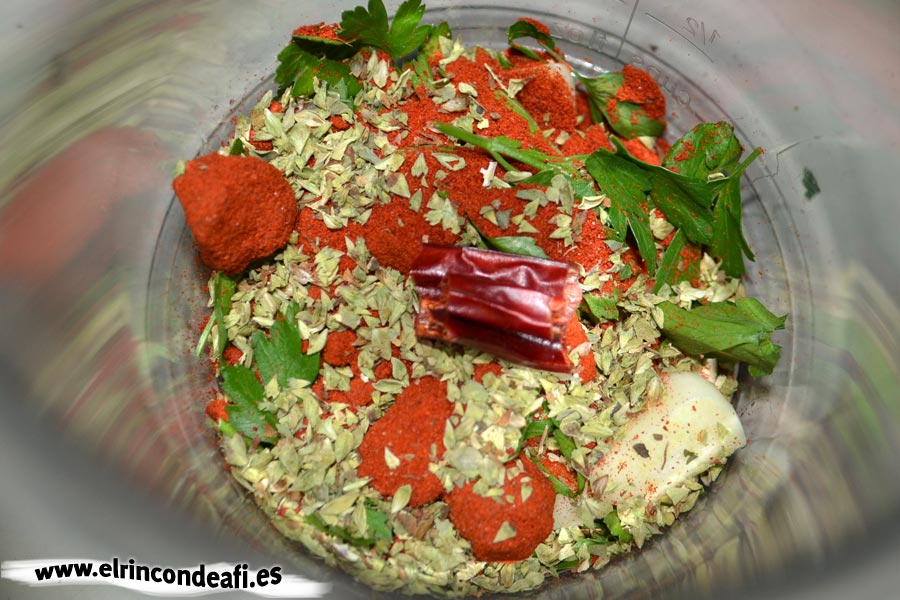 Carajacas, introducir en un recipiente los ingredientes para el adobo
