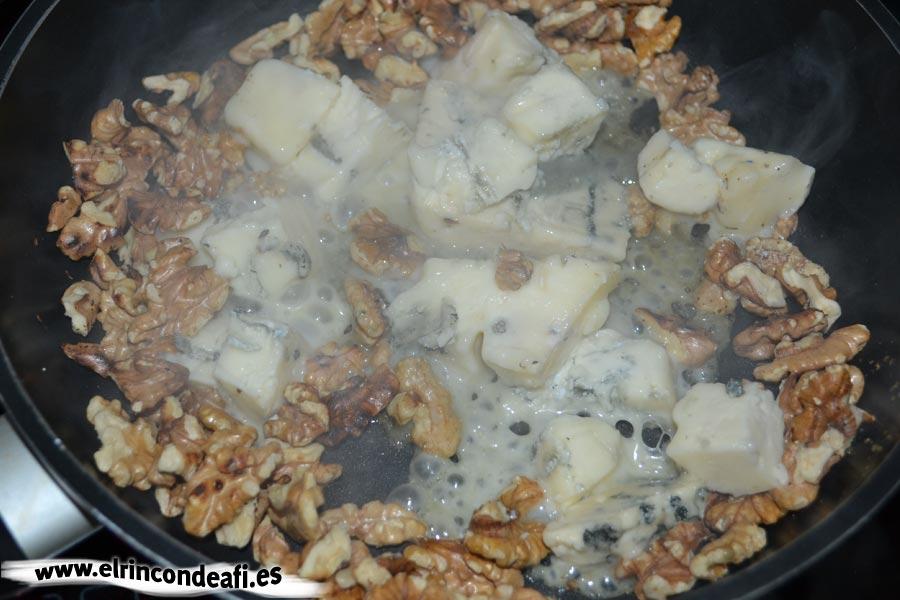 Pasta con nueces y queso gorgonzola, añadimos el queso