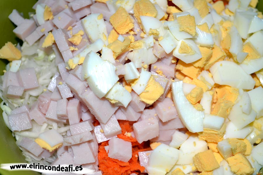 Ensalada de col, añadir la pechuga y los huevos troceados