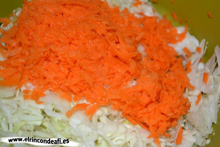 Ensalada de col, rallar las zanahorias
