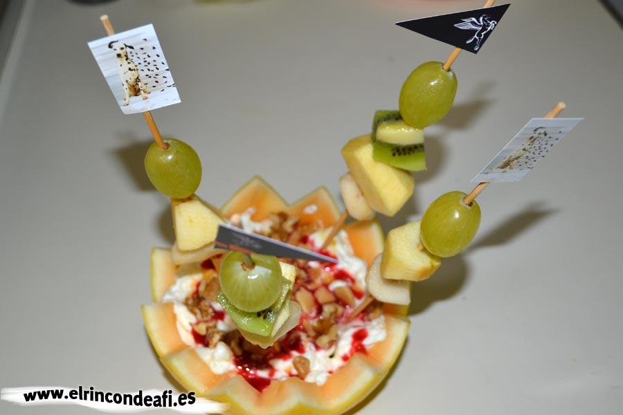 Melón relleno de frutas, poner las brochetas