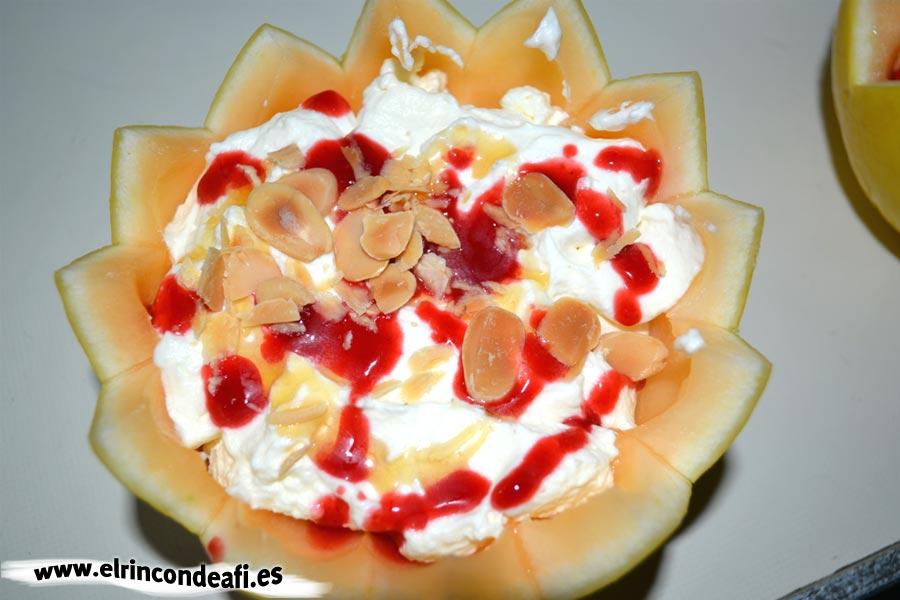 Melón relleno de frutas, poner unos pocos frutos secos