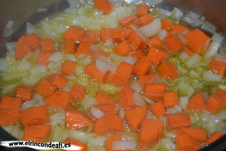 Paella de pollo con verduras, añadimos las zanahorias
