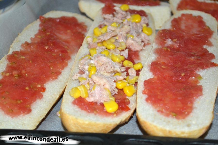 Pan pizza, poner la mezcla de millo y atún sobre uno de los panes