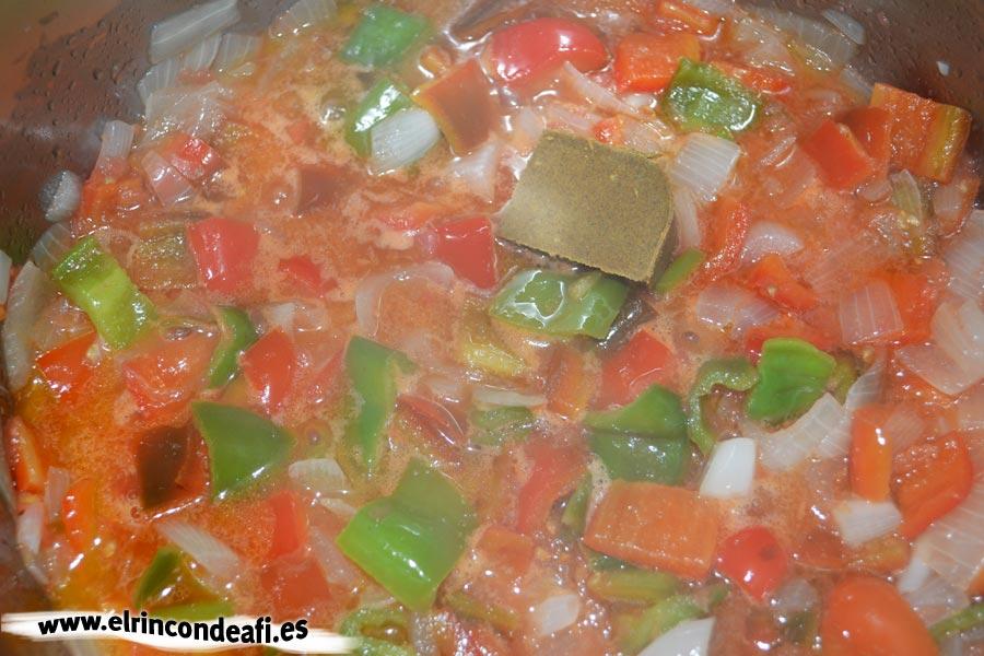 Pollo al curry, añadirle al sofrito las pastas de curry